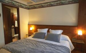 A bed or beds in a room at Garos Ostau