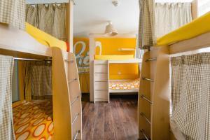 Двухъярусная кровать или двухъярусные кровати в номере Smile Hostel