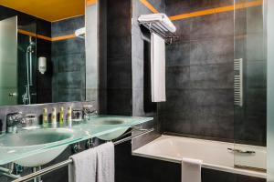 A bathroom at Eurostars Reina Felicia Spa