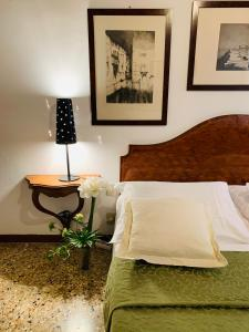 A bed or beds in a room at Grimaldi Apartments Cannaregio