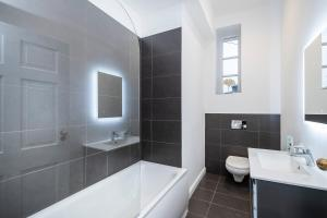 A bathroom at Corporate & Contractor Short Stay Accommodation by King Square Apartments