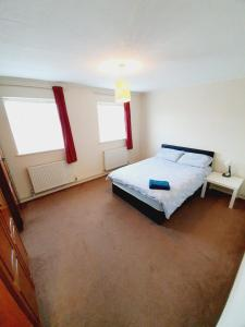 A bed or beds in a room at 3 Bedroom Thundersley Apartment