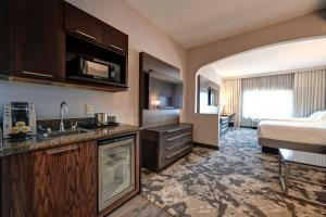 A kitchen or kitchenette at DoubleTree by Hilton Denver International Airport, CO