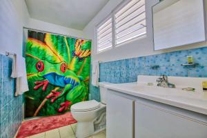 A bathroom at Coconut Palms Inn