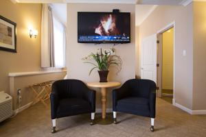 A seating area at Glenwood Inn & Suites