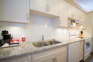 A kitchen or kitchenette at Glenwood Inn & Suites