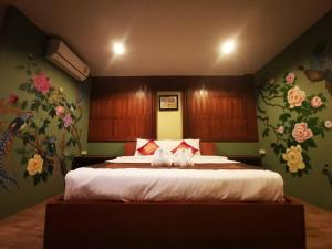 A bed or beds in a room at Baan Sabai Maesai