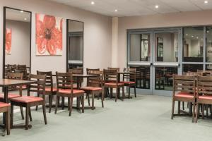 A restaurant or other place to eat at Days Inn by Wyndham Donington