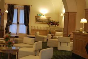 The lounge or bar area at Hotel De La Ville