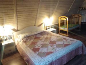 A bed or beds in a room at Домик в деревне с баней на дровах для семейного отдыха, рядом с городом
