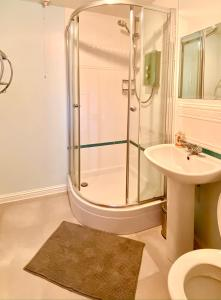 A bathroom at Modern West End Apartment with private parking