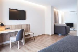 Una televisión o centro de entretenimiento en Hotel Presidente