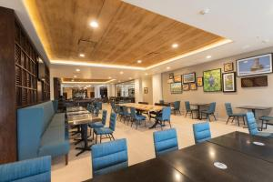 A restaurant or other place to eat at Four Points by Sheraton