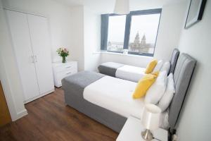 A bed or beds in a room at Dream Apartments Silkhouse Court Liverpool