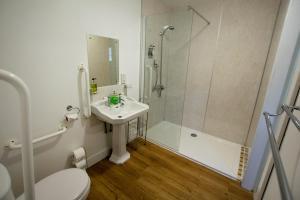 A bathroom at Corran Bunkhouse