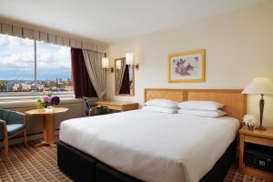 Łóżko lub łóżka w pokoju w obiekcie Copthorne Tara Hotel London Kensington