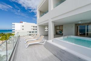 Piscina en o cerca de Izla Beach Front Hotel