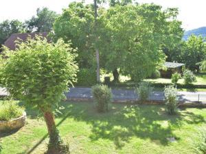 A garden outside Charming Villa in Saint-Julien-de-Lampon with Terrace