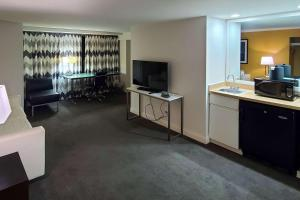 A television and/or entertainment center at Comfort Inn & Suites Baltimore Inner Harbor