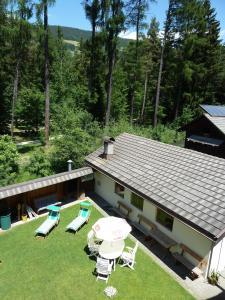Widok na basen w obiekcie Apartments Troger lub jego pobliżu