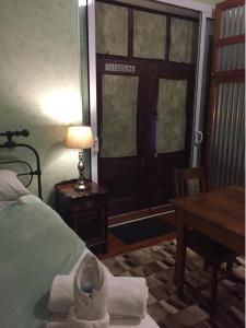 Een bed of bedden in een kamer bij Skinkikofi Guest House