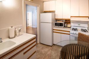A kitchen or kitchenette at Harbor House Inn
