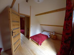Łóżko lub łóżka w pokoju w obiekcie Domki Polanica