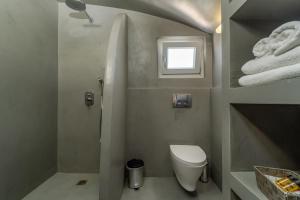 Salle de bains dans l'établissement Central Fira Hotel