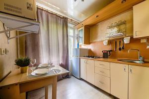 A kitchen or kitchenette at Apartment Hanaka Volgogradskiy