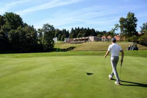 Igranje golfa poleg hotela oz. v okolici