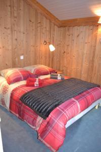 A bed or beds in a room at Hôtel et Appart'Hôtel Restaurant L'Adray