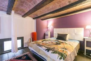 A bed or beds in a room at Duplex In Barcelona ALA