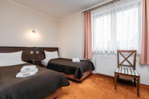 Łóżko lub łóżka w pokoju w obiekcie Cedrowy Dworek