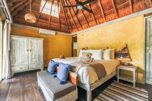 A bed or beds in a room at Villa Pescadores Tulum