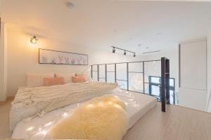 A bed or beds in a room at COZY Duplex in HONGDAE