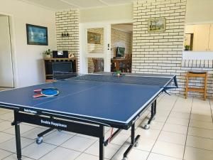 Ping-pong facilities at Cuddles Cottage' 4 Christmas Bush Avenue - pet friendly holiday house near Dutchies or nearby