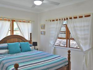 A bed or beds in a room at Cuddles Cottage' 4 Christmas Bush Avenue - pet friendly holiday house near Dutchies
