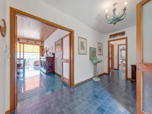 Hall o reception di Spacious Villa in Sale Marasino overlooking Lake