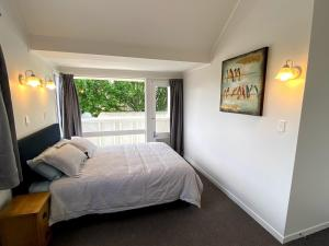 A bed or beds in a room at Chamberlain House - 3 bedroom house by Manly beach