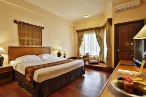 A bed or beds in a room at Jayakarta Hotel Lombok