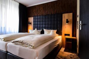 Ein Bett oder Betten in einem Zimmer der Unterkunft Akzent Hotel Roter Löwe