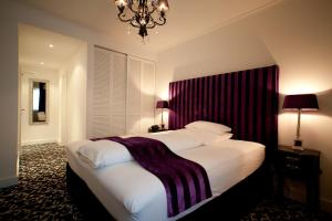 A bed or beds in a room at Hotel Aleksandra