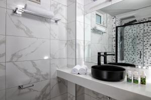 A bathroom at Sunlight Hotel ''by Checkin''