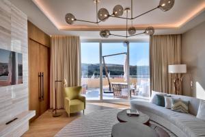 A seating area at Radisson Blu Resort & Spa, Malta Golden Sands