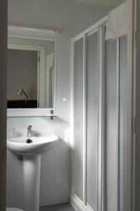 A bathroom at Hotel Madrid de Sevilla