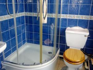 A bathroom at Vernon Lodge