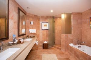 A bathroom at Hilton Waikoloa Village