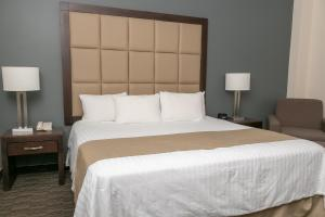 A bed or beds in a room at Best Western Plus Chihuahua Juventud