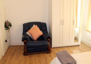 A seating area at Valuable, Affordable ,adorable House