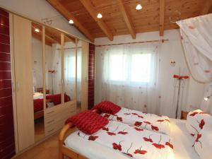 A bed or beds in a room at Cozy Chalet with Balcony in Imst